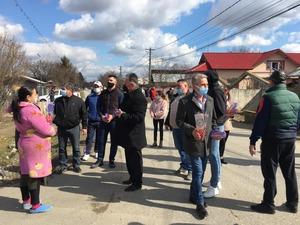 Deputatul Marian Tachianu alaturi de fiul sau Alexandru Tachianu, impart flori si ciocolata Milka alegatorilor cu ocazia zilei 8 Martie 2021