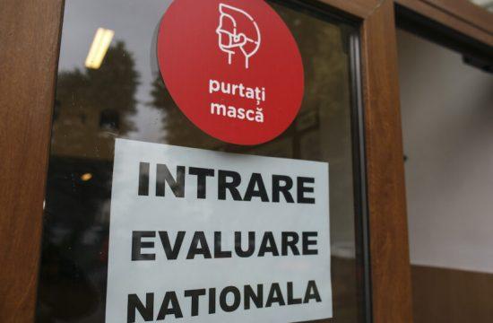 Evaluarea-Nationala-2020-centru-de-examen-scoala-intrarea-in-scoala-triaj-epidemiologic-Foto-INQUAM-Photos-Octav-Ganea-820×547